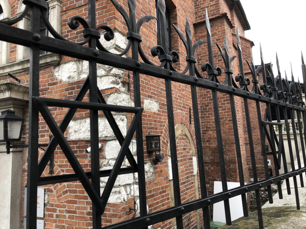 カジミエシュ地区(ユダヤ人街)の教会とユダヤシンボルのある柵
