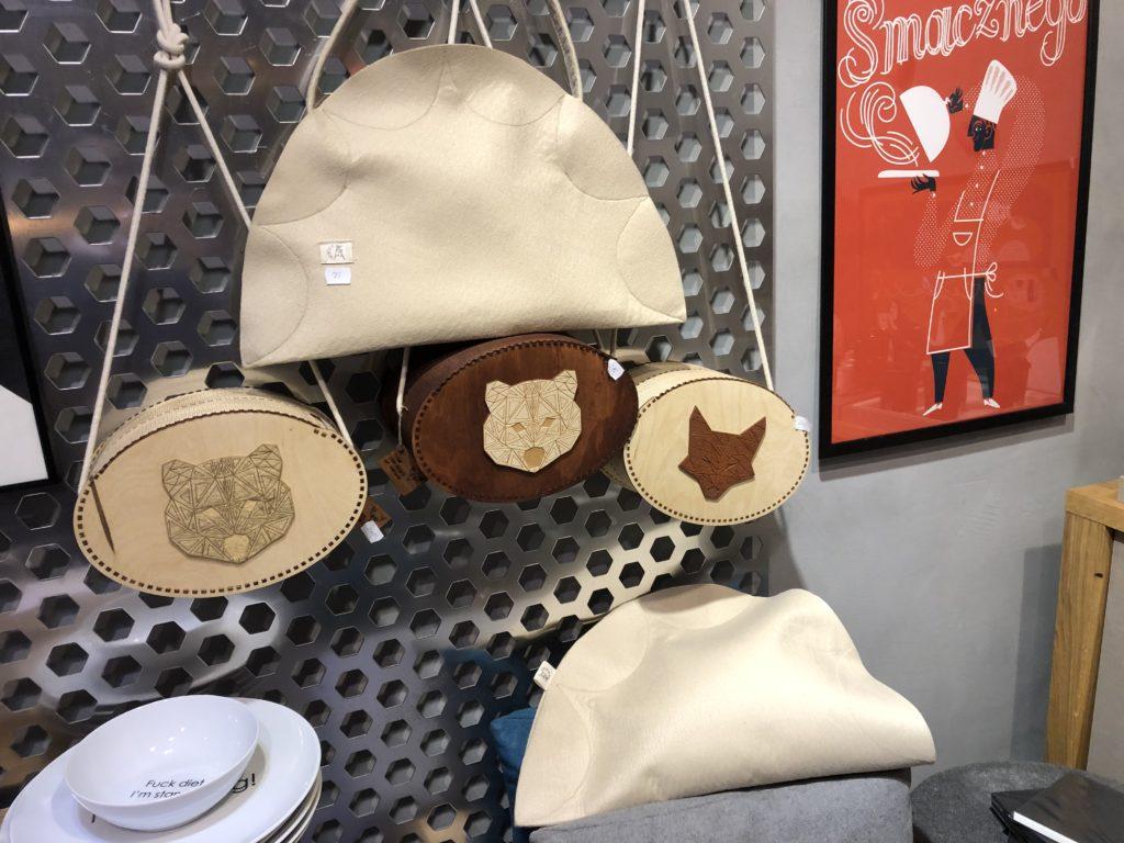 ピエロギのクッションとバッグと熊が描かれたバッグ
