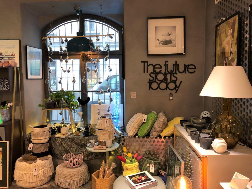 クラクフのクッションやランプがある雑貨屋さんの内観