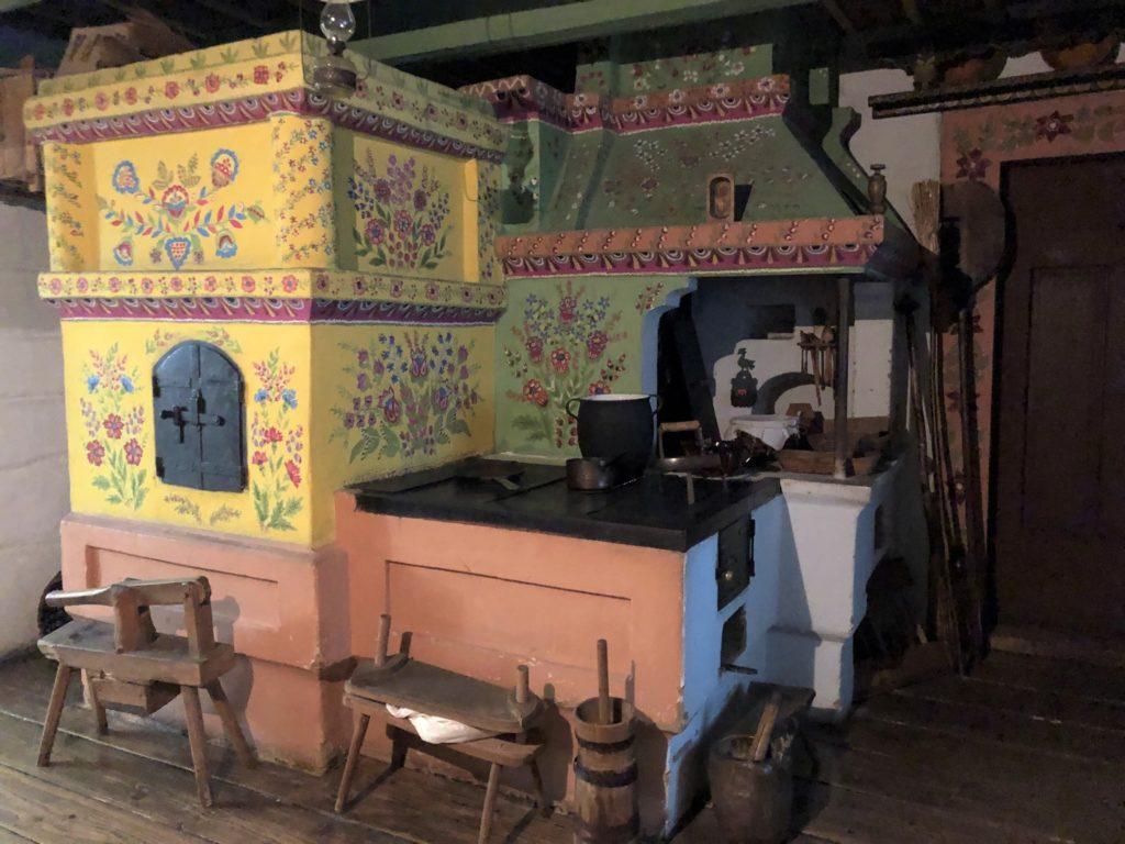 クラクフ民族学博物館のカラフルな台所展示