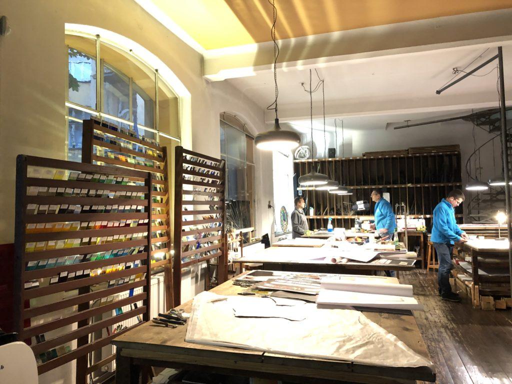 クラクフのステンドグラス博物館のサンプルガラスと作業風景
