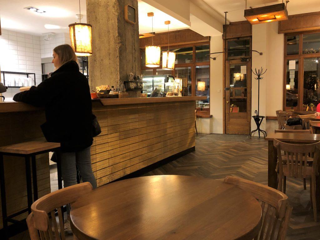 ポーランドの木の雰囲気がいいカフェとお客さん