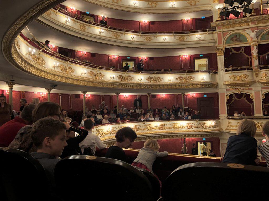 ヴロツワフ歌劇場のバルコニー席と観客