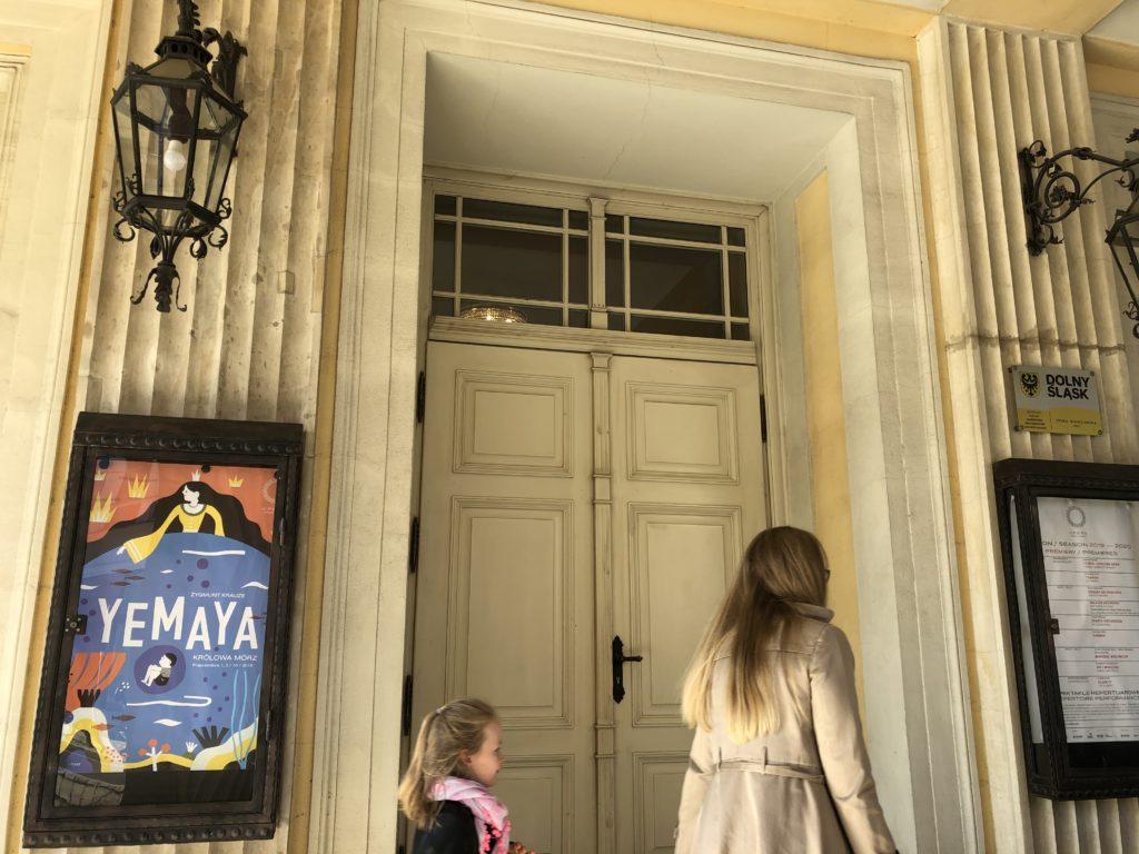 ヴロツワフ歌劇場の入り口とポスターと親子の客