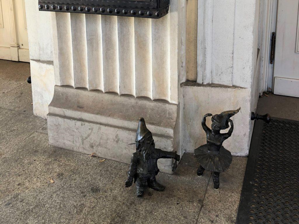 ヴロツワフ歌劇場の入り口にいる小人の銅像は踊り子