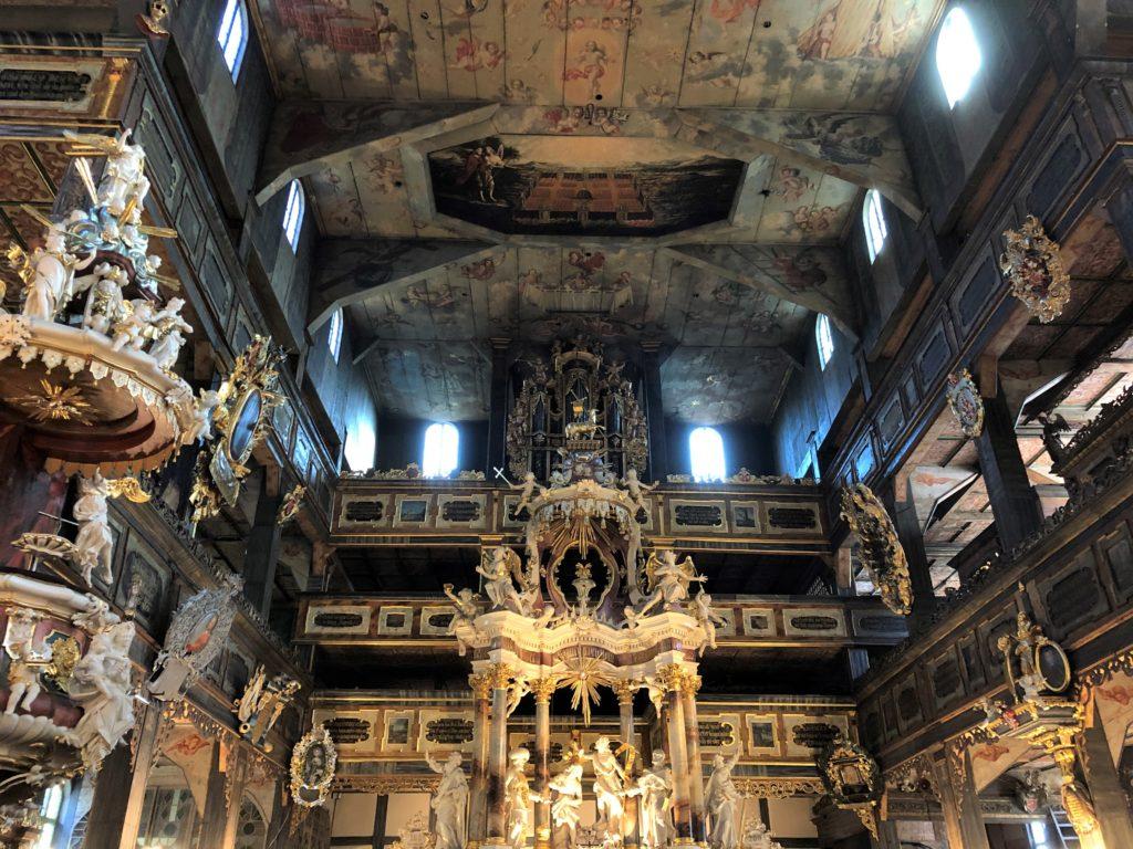 シフィドニツァ教会の祭壇と絵画が描かれた天井