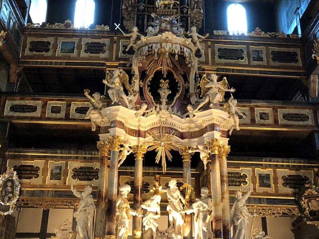 シフィドニツァ教会の祭壇は大理石で豪華