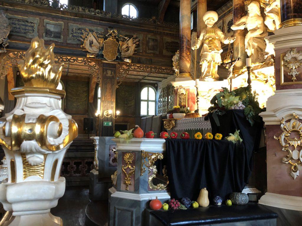 シフィドニツァ教会の祭壇には野菜や果物がお供えしてある