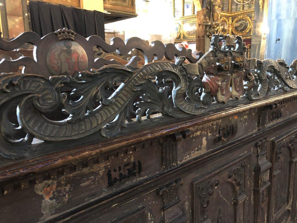 ポーランド、シフィドニツァ教会の細工がこまやかな椅子