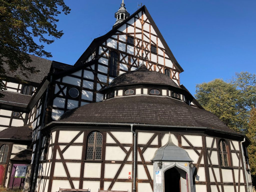 ポーランドのシフィドニツァ教会の木造建築が分かる外観