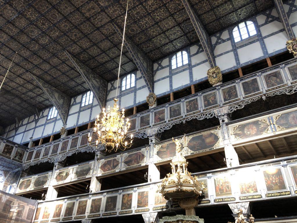 ヤヴォル平和教会には聖書に基づいた絵が描かれたバルコニー席がある