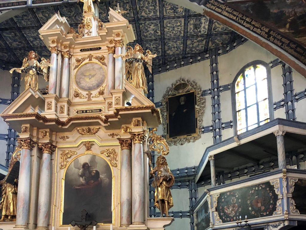 ヤヴォル平和教会の祭壇後ろも装飾されている