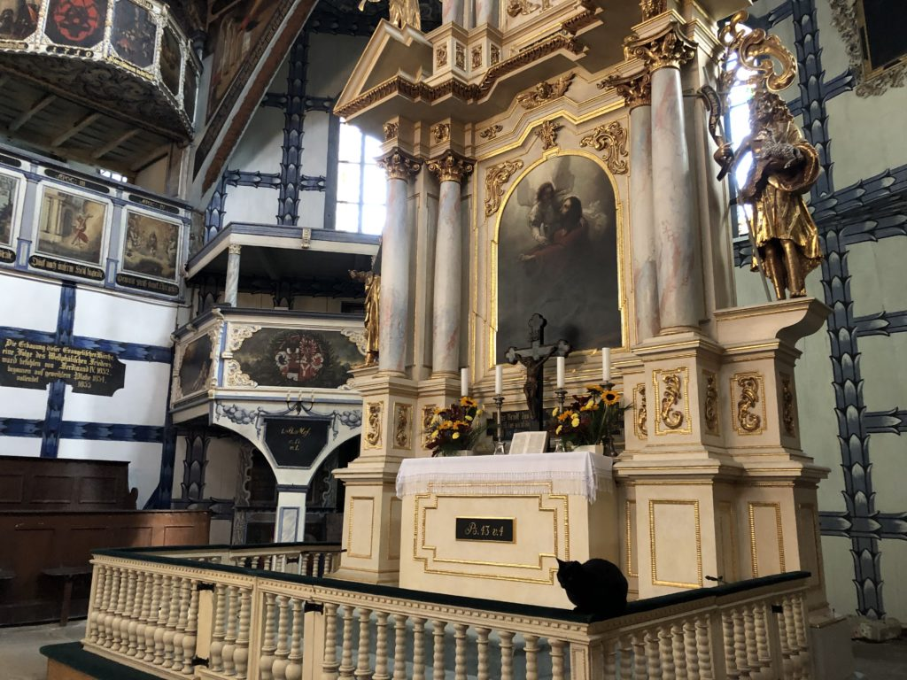 ポーランドのヤヴォル平和教会の祭壇と黒猫