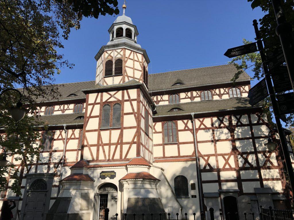 ヤヴォル平和教会の木造建築構造が分かる外観