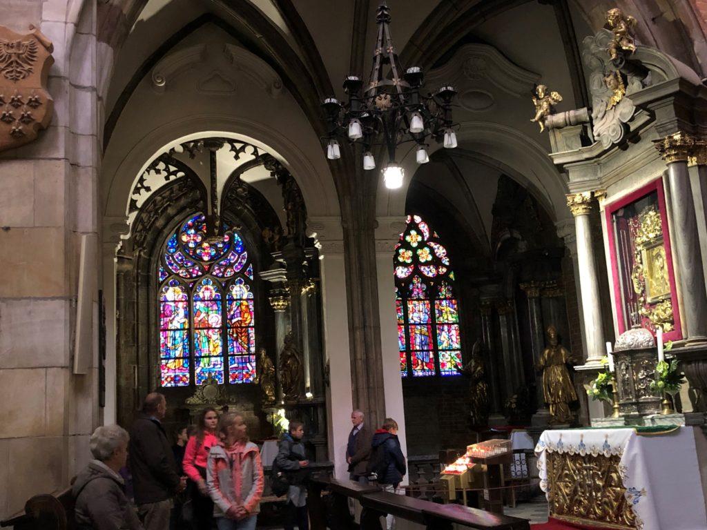 洗礼者聖ヨハネ大聖堂の祭壇とステンドグラスと見学する子供たち