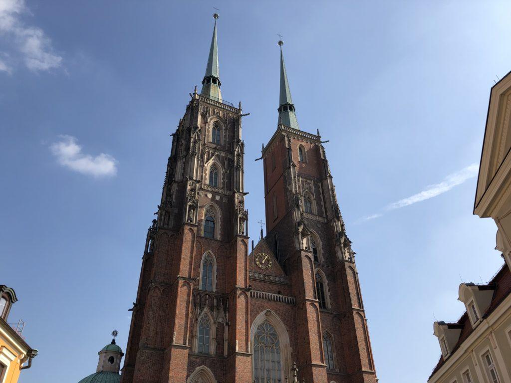洗礼者聖ヨハネ大聖堂の2つの塔の外観