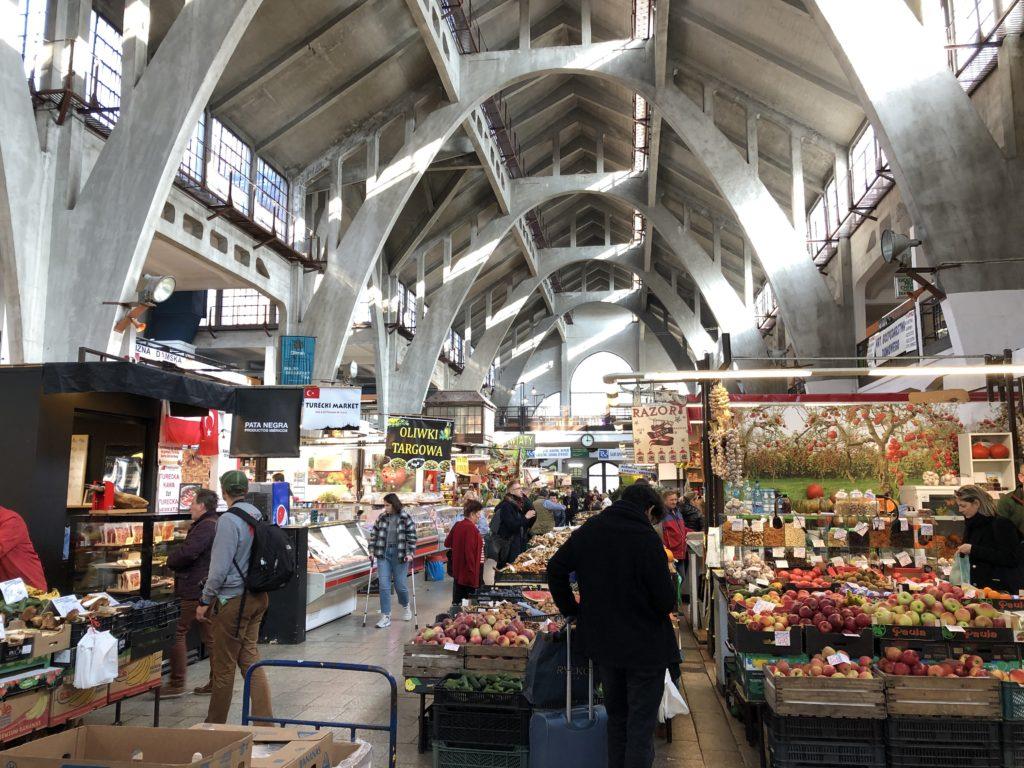 ポーランドの市場会館の野菜屋などが並ぶ内観
