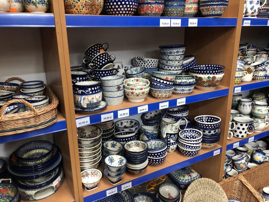 ポーリッシュ陶器のマグカップや小皿が棚いっぱいに並んでいる