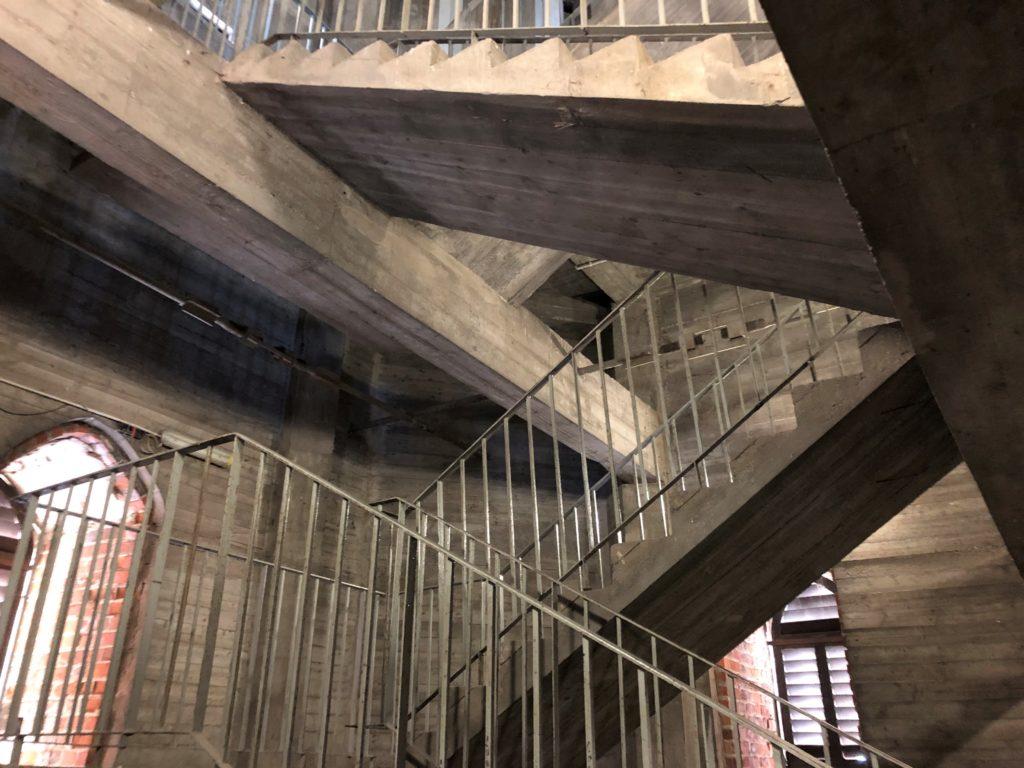 聖エリザベト・ガルニゾン教会の展望台へ登るコンクリートの階段