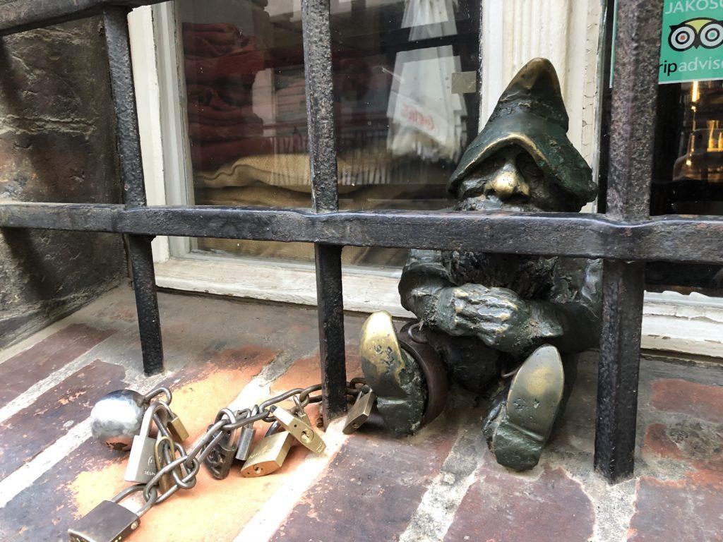 ヴロツワフで有名な錠をかけられた小人