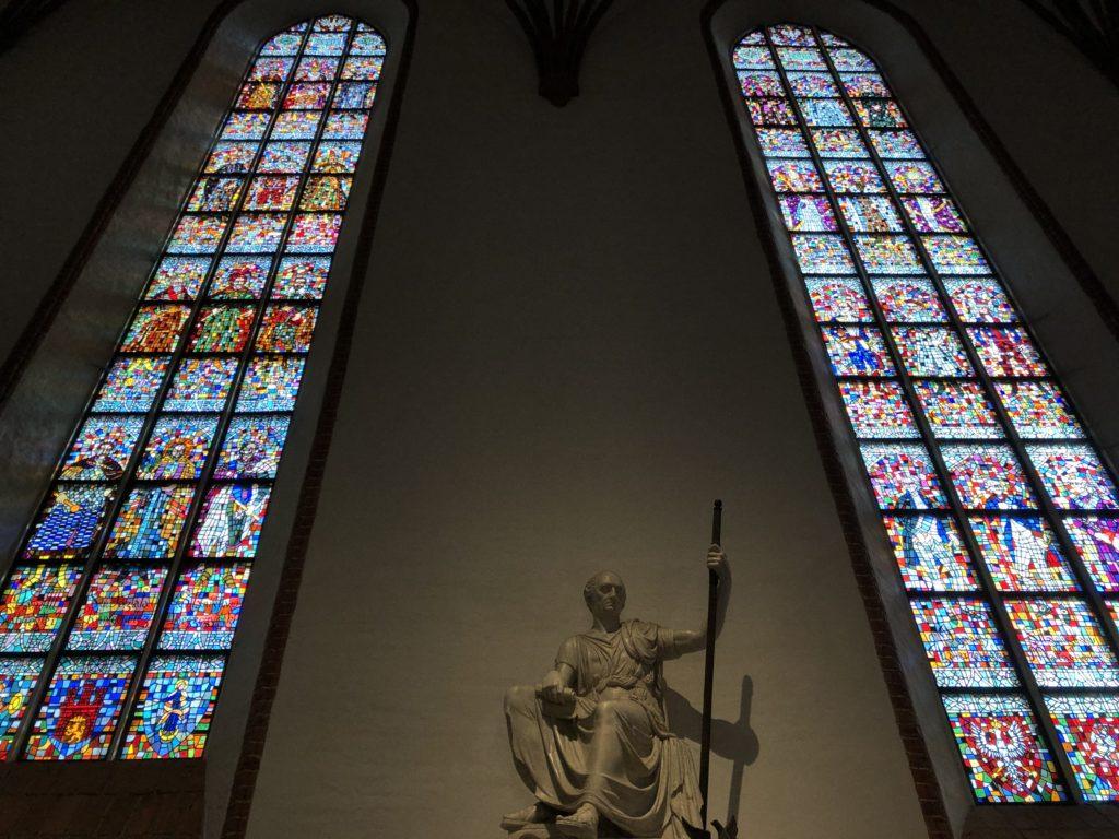 ワルシャワの聖ヨハネ大聖堂の壁一面のステンドグラス
