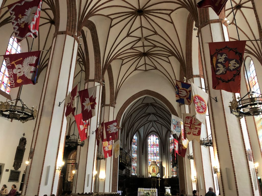 ワルシャワの聖ヨハネ大聖堂の内部は白が基調