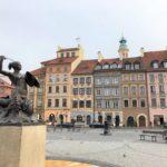 ワルシャワの広場と盾と剣を持つ銅像