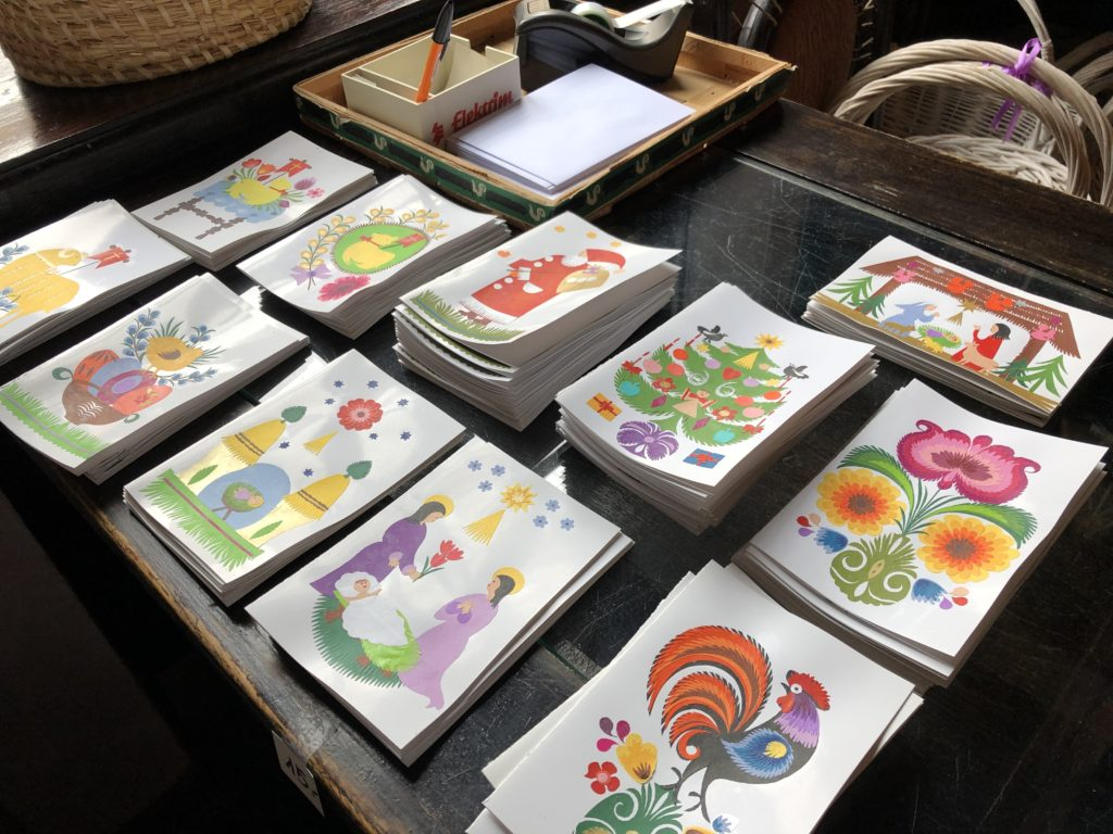 ポーランド土産店の手作り切り絵カード、クリスマスや花、鶏などがモチーフ
