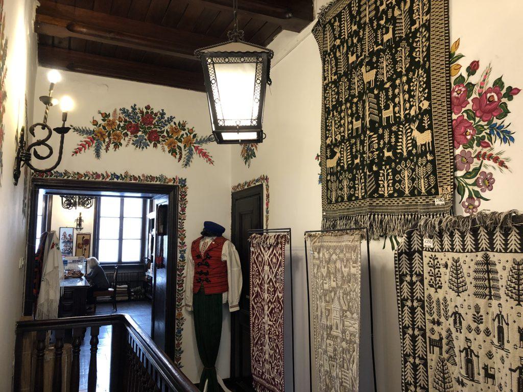 ポーランド土産店内部とタペスリー、織物
