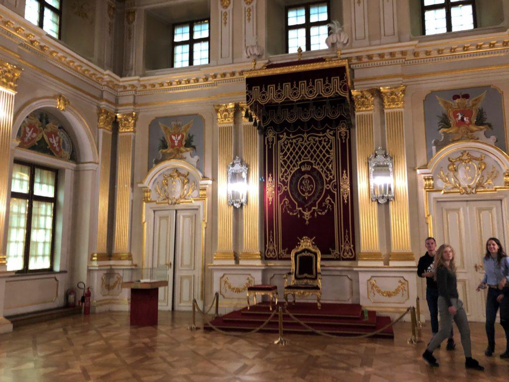 ワルシャワ旧王宮のホールの玉座