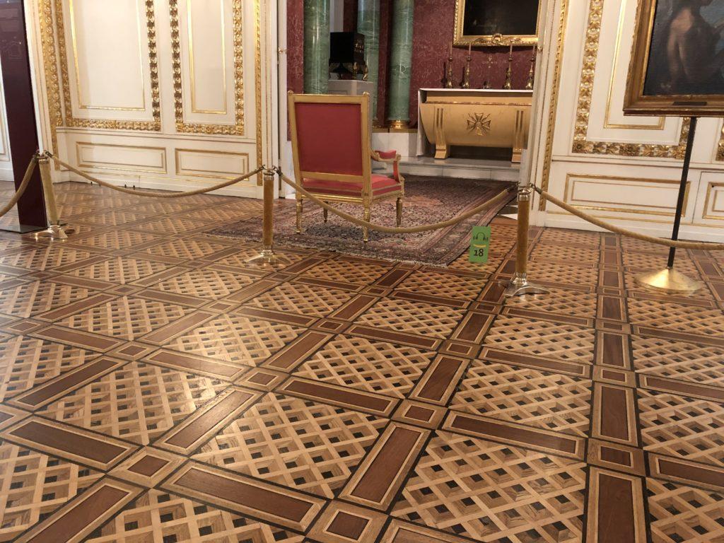 ワルシャワ旧王宮のモダンなデザインの床