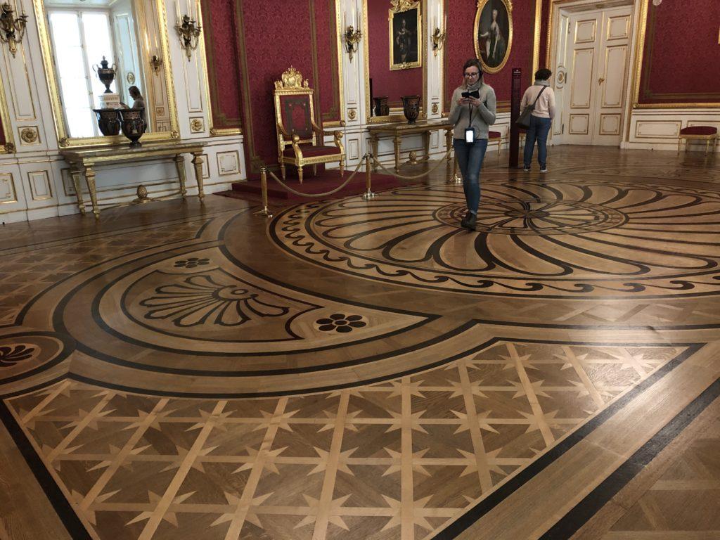 ワルシャワ旧王宮の木組みのデザインされた床