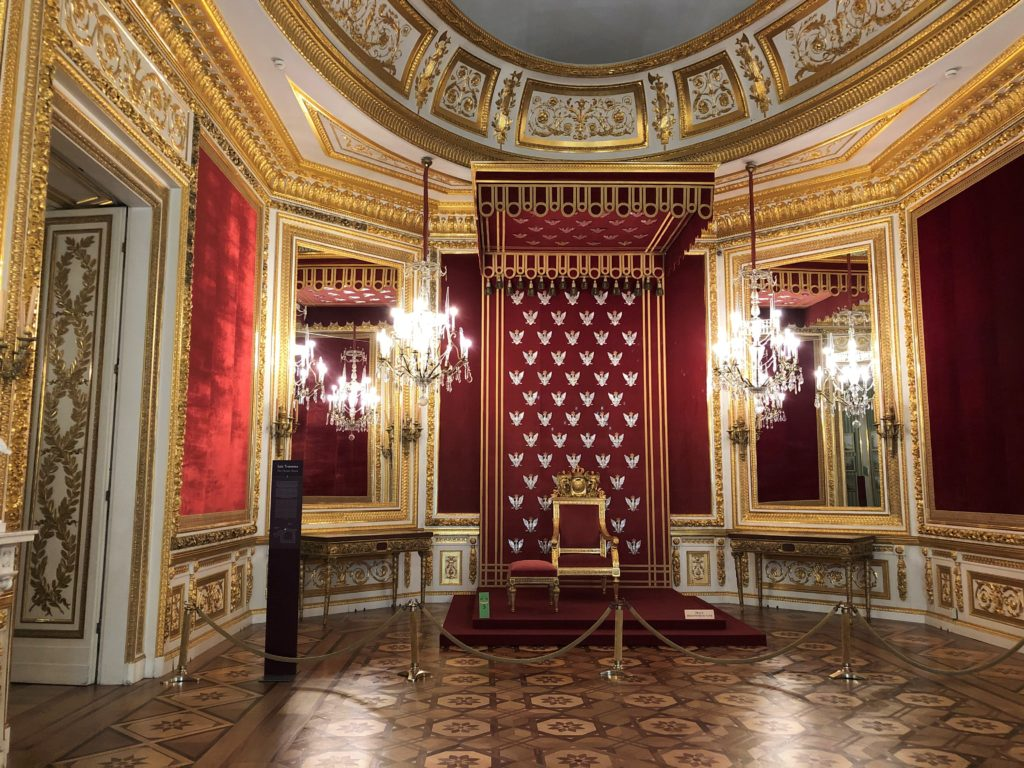 ワルシャワ旧王宮の金がふんだんに使われた壁と玉座