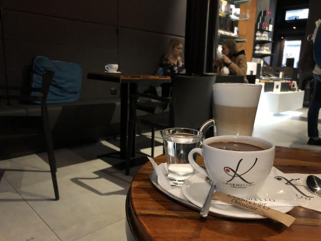 ワルシャワのチョコレート屋さん、KARMELLO のホットチョコレートとカフェラテ