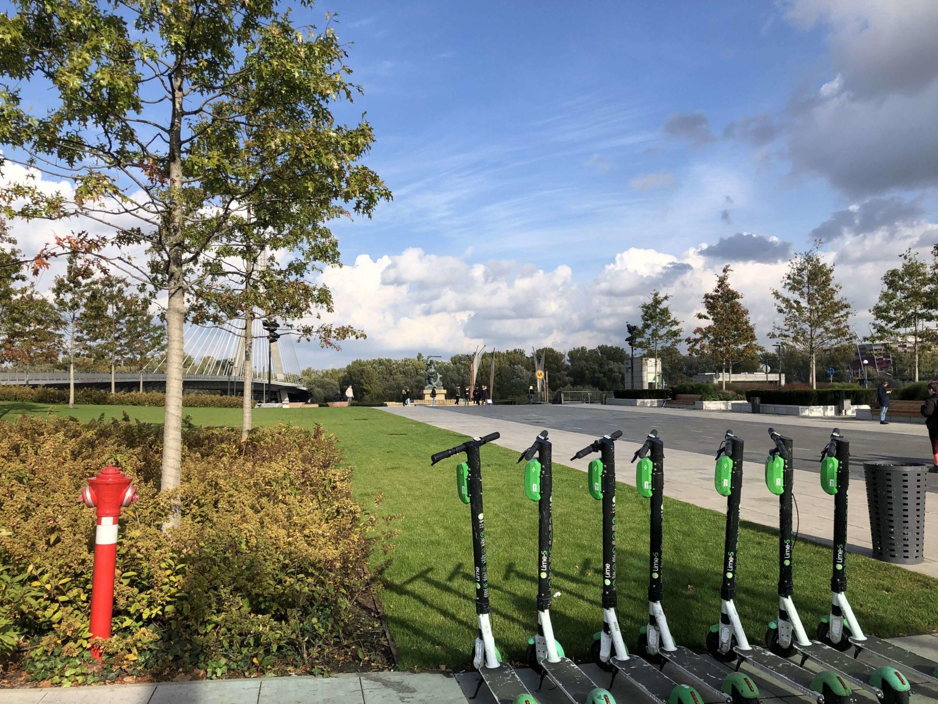 ポーランドのレンタル電動キックボードと公園