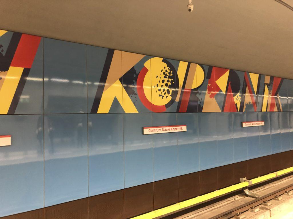 ワルシャワ地下鉄のセントラムナウキコペルニク Centrum Nauki Kopernik駅構内はおしゃれ