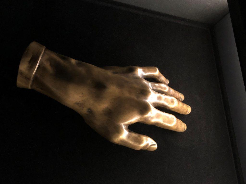 ポーランドのワルシャワにあるフレデリック・ショパン博物館にあるショパンの手のブロンズ