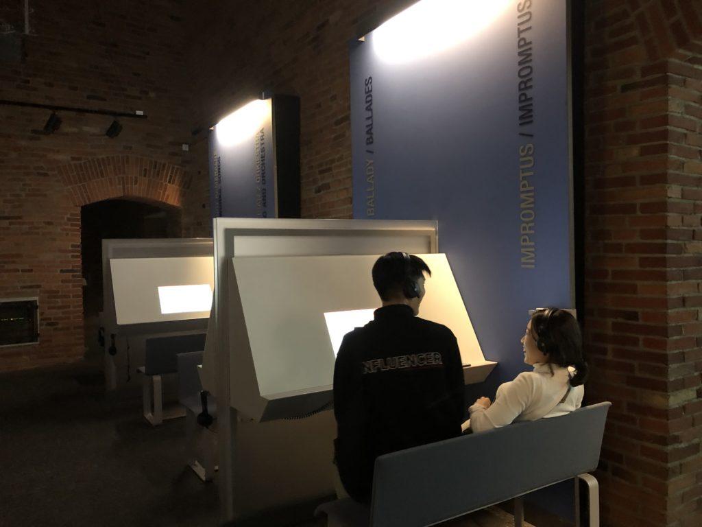 ワルシャワのフレデリック・ショパン博物館にあるショパンの楽曲が聞けるゾーンで笑い合うカップル