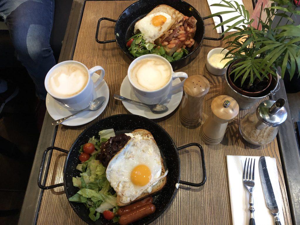 ポーランドのカフェ、AïOLIの朝食、トーストと玉子焼きとソーセージとサラダとカフェラテ