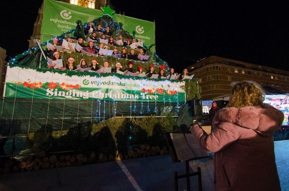 Singing Christmas Treeで歌う人と観客