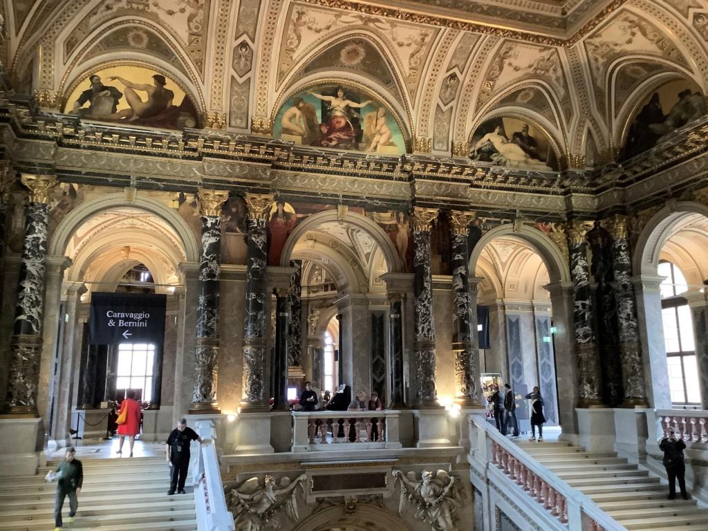 ウィーン美術史美術館の大理石と絵画で装飾された入り口