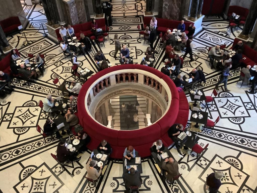 ウィーン美術史美術館の赤いソファとモダンな床模様があるカフェ