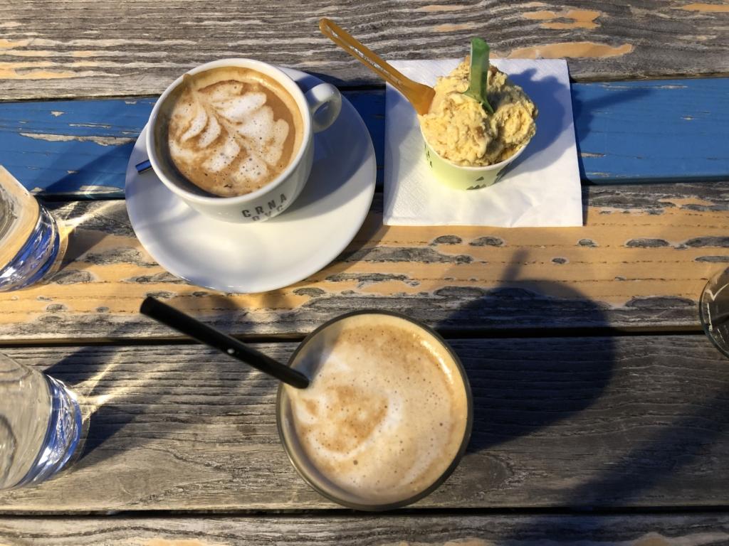 セルビアのアイスとカフェラテ