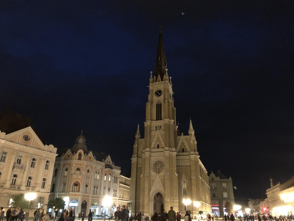 セルビア、ノヴィサドのマリア教会と夜景