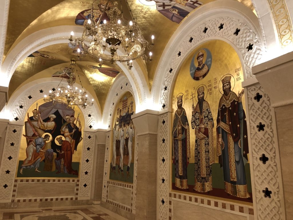 セルビアの聖サワ大聖堂の聖人が描かれた内部