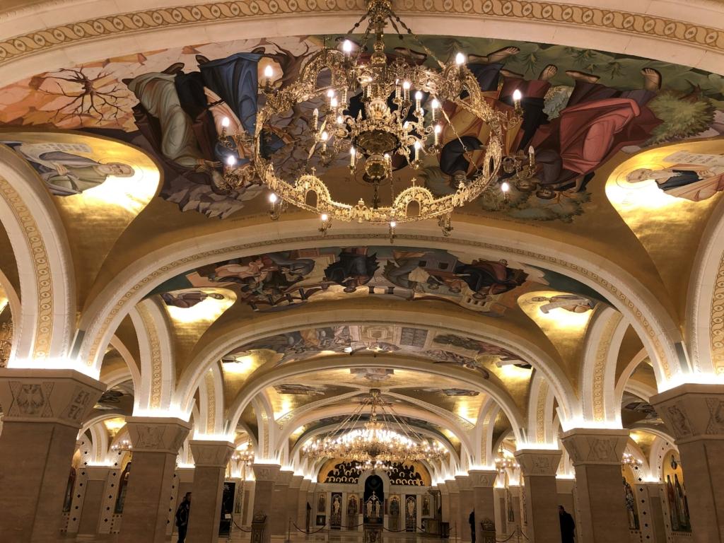 セルビアの聖サワ大聖堂の天井絵とシャンデリア