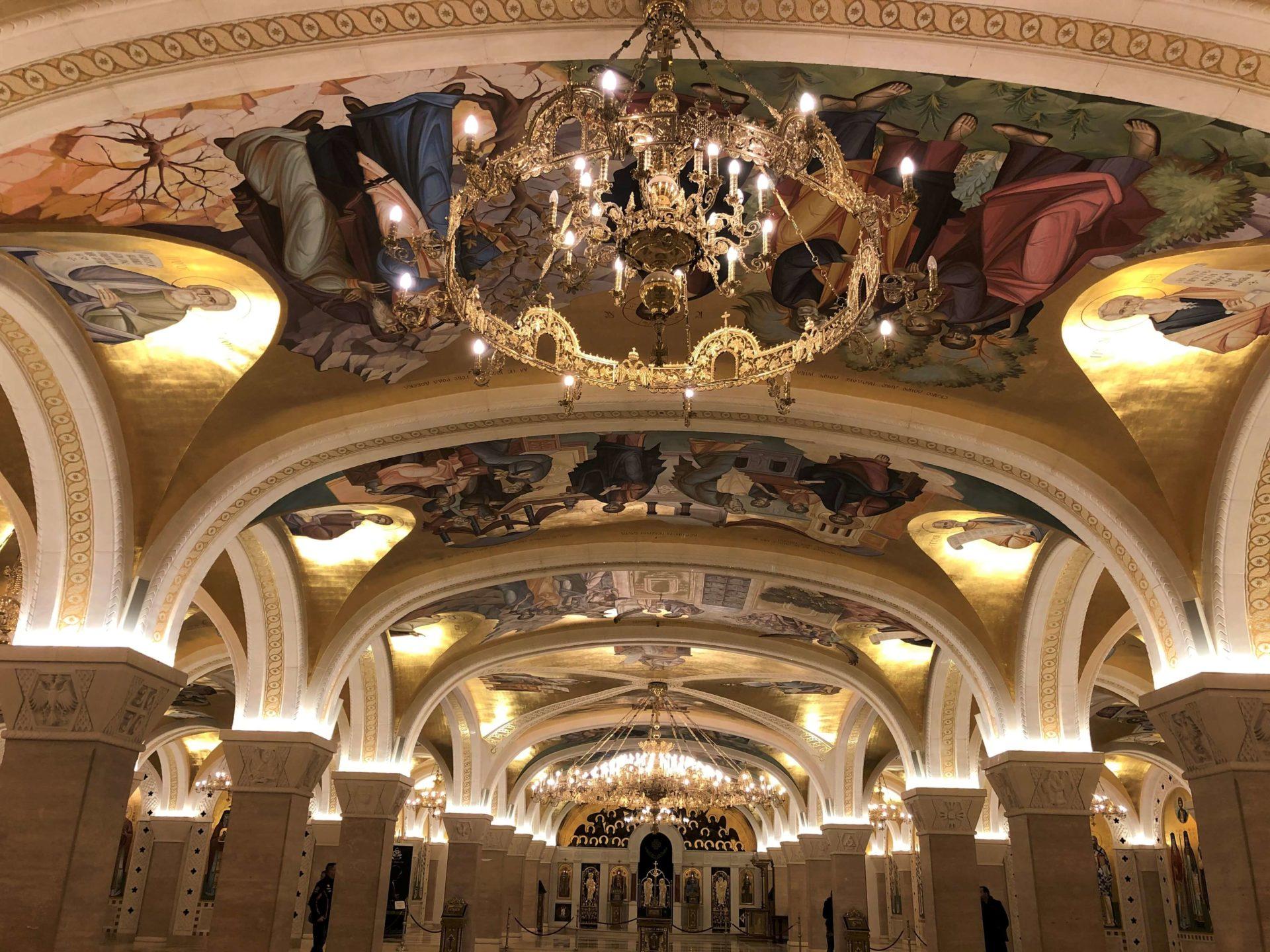 聖サワ大聖堂の天井絵とシャンデリア