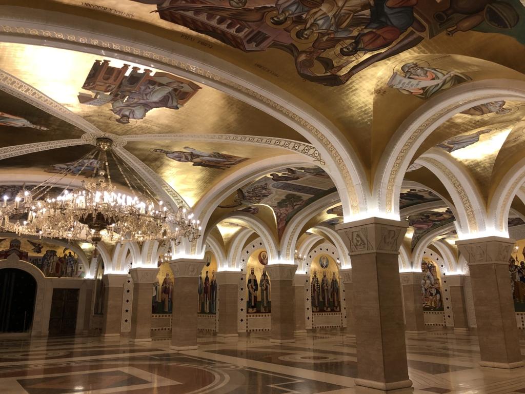 セルビアの聖サワ大聖堂のシャンデリアと聖人が描かれた内部
