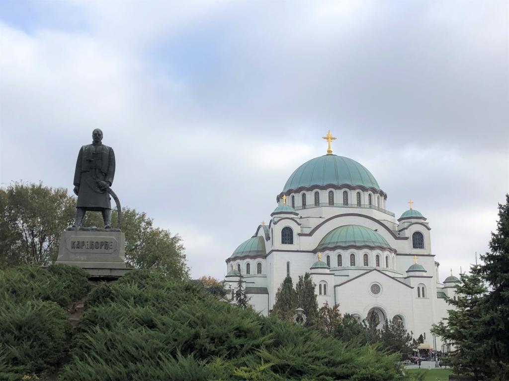 セルビアの聖サワ大聖堂の外観と銅像