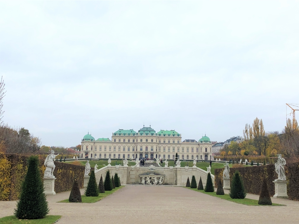 ベルベデーレ宮殿の外観と庭